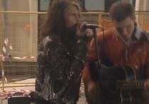 Лидер Aerosmith на Арбате спел с уличным музыкантом